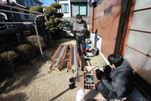お庭の作業スペースでレールの準備