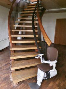 美しいアーチ型の階段に設置